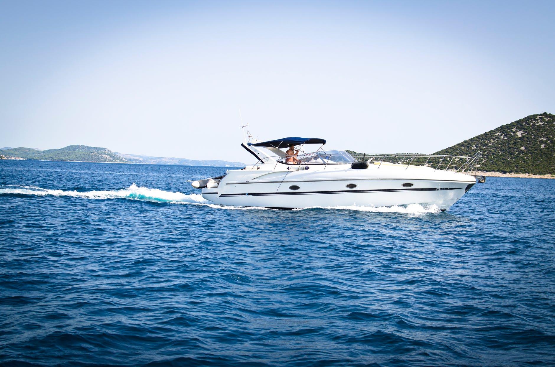 barca cu motor pe apa